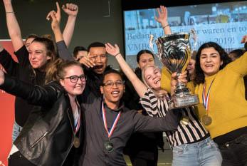 Ga naar over ons - Winnaars VMBO Debattoernooi met beker 2018